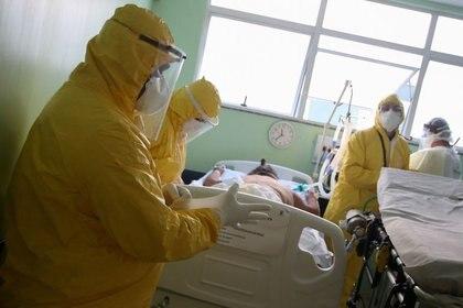 Profesionales de la salud tratan a un paciente con coronavirus en un hospital de Santo André, Sao Paulo. 12/05/2020. REUTERS/Rahel Patrasso
