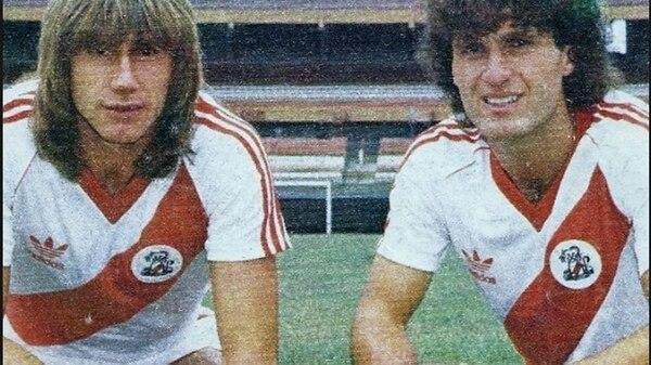Oscar Ruggeri y Ricardo Gareca luego de una de las transferencias más recordadas