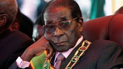 Aburrido, durante un mitin en el que se celebró el 32º aniversario de la independencia de Zimbabwe en Harare, el 18 de abril de 2012 (REUTERS/Stringer/File Photo)