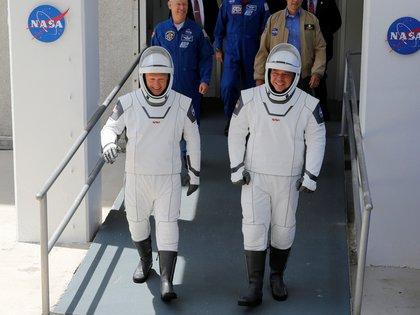 Douglas Hurley y Robert Behken caminan sobre la histórica plataforma de lanzamiento 39A, donde Armstrong, Aldrin y Collins también caminan antes de visitar la luna - REUTERS / Joe Skipper
