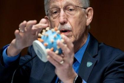 El Director de los Institutos Nacionales de Salud, el doctor Francis Collins, sostiene un modelo del SARS-CoV-2, durante una audiencia del Subcomité de Apropiaciones del Senado de EU para el plan de investigación, producción y distribución de una vacuna contra el coronavirus, conocido como Operación Warp Speed. Washington DC, julio 2, 2020. Saul Loeb/Pool via REUTERS