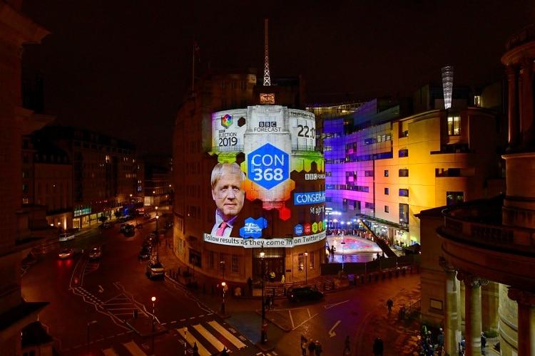 El resultado de la última elección desplegado en el frente del histórico edificio de la Broadcasting House sede central de la BBC en Londres.