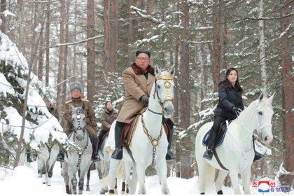 El dictador norcoreano Kim Jong-un en un caballo mientras visita los sitios de batalla en áreas de Mt Paektu, Ryanggang, en Corea del Norte (Reuters)