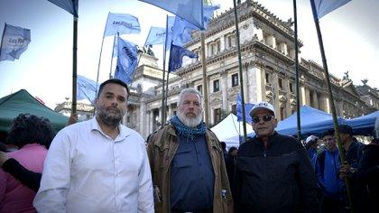 """Daniel Menéndez (Barrios de Pie), Esteban """"Gringo"""" Castro (CTEP) y Juan Carlos Alderete (CCC), los principales dirigentes de las organizaciones sociales que forman parte del Frente de Todos (Foto: Gustavo Gavotti)"""