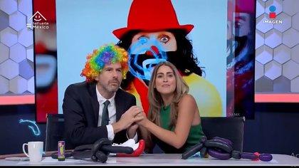 Con pelucas, figuras hechas con globos y narices rojas, Videgaray y Rivera se pronunciaron acerca del conflicto con la familia del artista infantil. (Foto: Captura de pantalla)