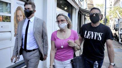 Carolina Píparo y Matías Píparo, su hermano, acompañados por su abogado Fernando Burlando, antes de brindar su declaración testimonial ante la fiscal Di Lorenzo (Foto: Eva Cabrera)