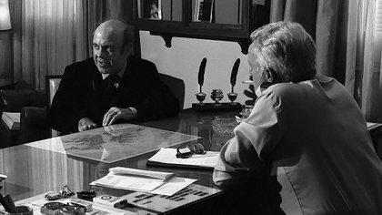 """El canciller Nicanor Costa Méndez le entregó un papel con """"las exigencias de la Argentina"""" al enviado de Reagan. El paper decía todo lo contrario a lo que se había hablado en la Casa Rosada (Foto: Víctor Bugge)"""