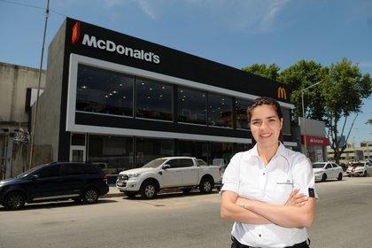 Yermina Benítez, con el McDonald's de fondo: comenzó a gestionarlo el 6 de diciembre