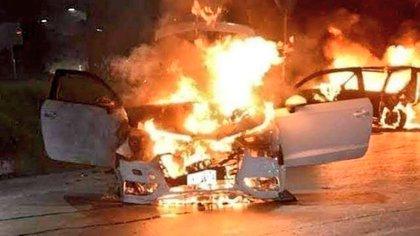 El viernes 19 de junio, varios vehículos fueron incendiados en Carboca, Sonora (Foto: Especial)
