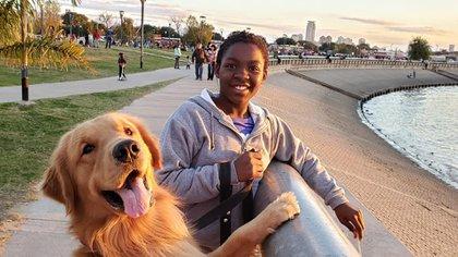 Samantha junto al perro de la familia