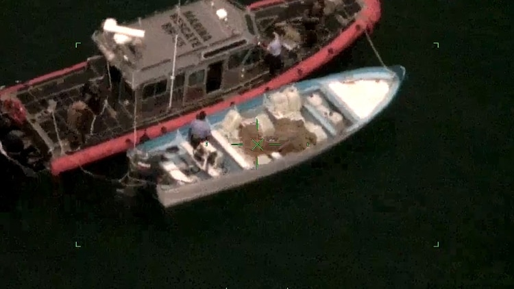 The elements of the Navy were able to arrest three people who manned the boats (Photo: Semar)