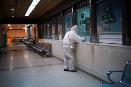 Una mujer con traje de protección en un hospital después de que se levantara el confinamiento en Wuhan, capital de la provincia de Hubei y epicentro del brote de la nueva enfermedad coronavirus (COVID-19) en China, el 13 de abril de 2020 (REUTERS/Aly Song)