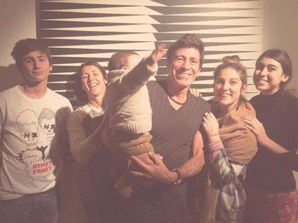 Francisco, Valeria, Nico con su nieto Toribio (hijo de Juana) en brazos, Juana y Renata