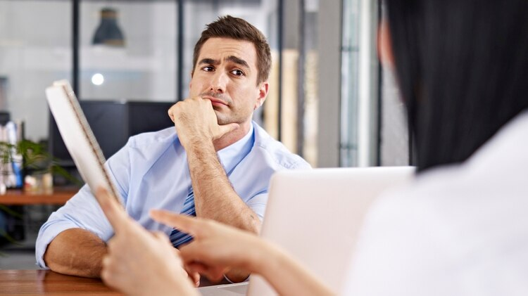 Los gestos son los elementos más importantes en la comunicación no verbal. Pueden abrir o cerrar oportunidades en conversaciones. (Istock)