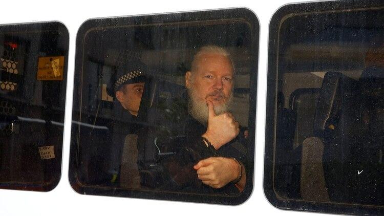 """Assange, en su traslado a la corte. """"Ecuador decidió soberanamente retirar el asilo diplomático a Julian Assange por violar reiteradamente convenciones internacionales y protocolo de convivencia"""", informó el presidente Lenín Moreno (Reuters)"""