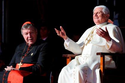 Pell junto al pontífice honorario Benedicto XVI. Foto: REUTERS/Dean Lewins