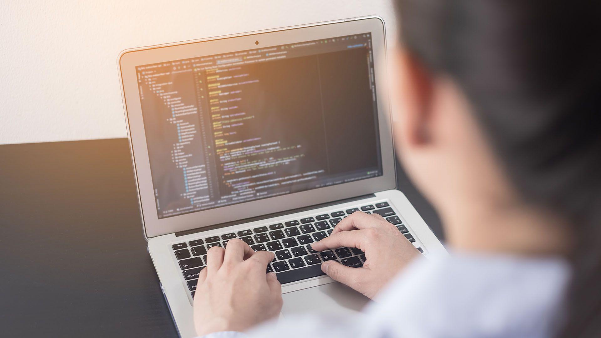 adolescente niña chica programando computadora