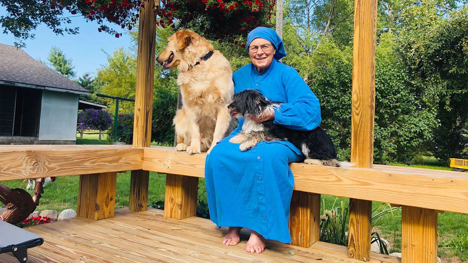 La hermana Pauline Quinn, la monja estadounidense que ideó el programa de adiestramiento de perros en cárceles