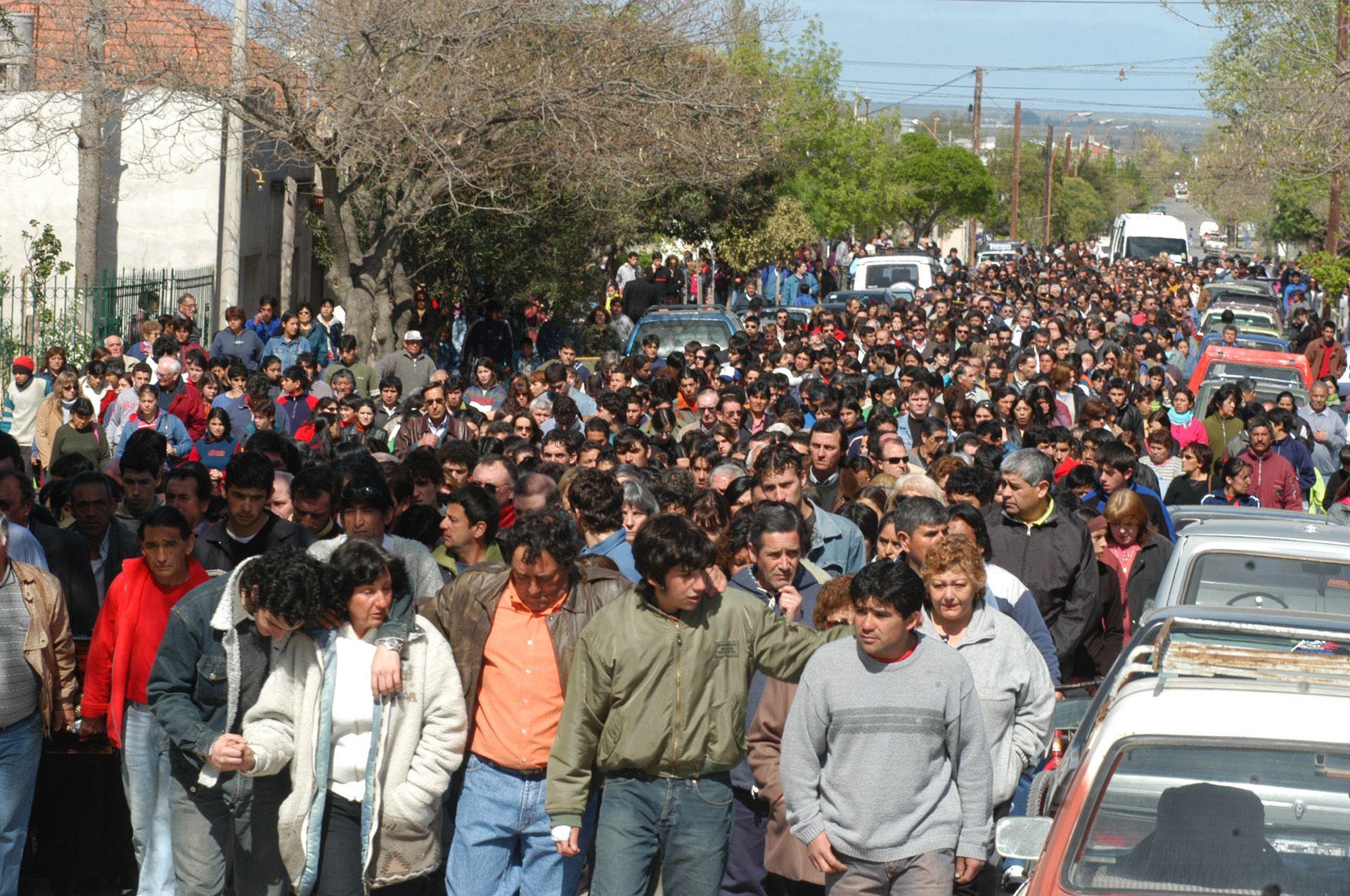 El llanto y la conmoción en Carmen de Patagones luego de los disparos en la escuela (Enrique Medina)