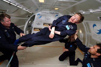 Stephen Hawking durante un vuelo a gravedad cero en 2007 (AP)