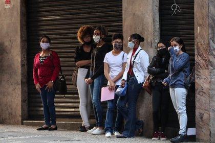 Varias personas hacen fila para aplicar a una opción de empleo, en San Pablo (Brasil). EFE/Fernando Bizerra