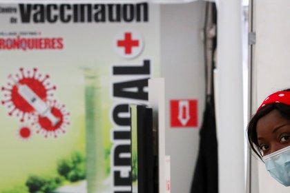 La comunidad internacional redobla esfuerzos para acelerar los planes de vacunación mientras varios países siguen registrando altos índices de infectados y fallecidos por covid-19 (REUTERS/Yves Herman)