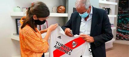 El presidente de River le obsequió una camiseta del club a la titular del la Anses