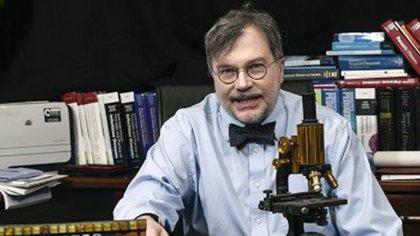 Peter Hotez es un científico especializado en vacunas, pediatra, autor de más de 500 artículos originales, cinco libros y profesor universitario (@PeterHotez)