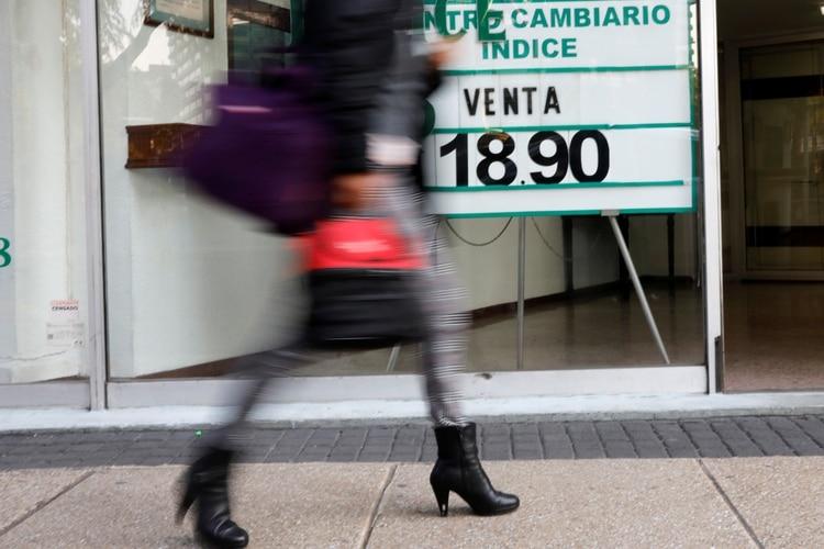 La principal razón por la que el peso fue especialmente vulnerable al reciente episodio de volatilidad global derivado de los temores por el coronavirus (Foto: REUTERS/Carlos Jasso)