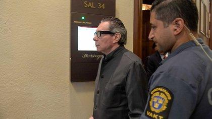 El francés Jean-Claude Arnault sale de la sala del Tribunal en el Tribunal de distrito de Estocolmo después del último día de audiencias en su juicio por violación y agresión sexual (TT News Agency/Janerik Henriksson/via REUTERS)