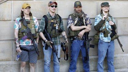 """En esta foto de archivo tomada el 20 de mayo de 2020, manifestantes del Movimiento Boogaloo participan de la """"Operación Corte de Pelo"""" organizada por la Coalición Conservadora de Michigan en las afueras del Capitolio (Foto de JEFF KOWALSKY / AFP)"""