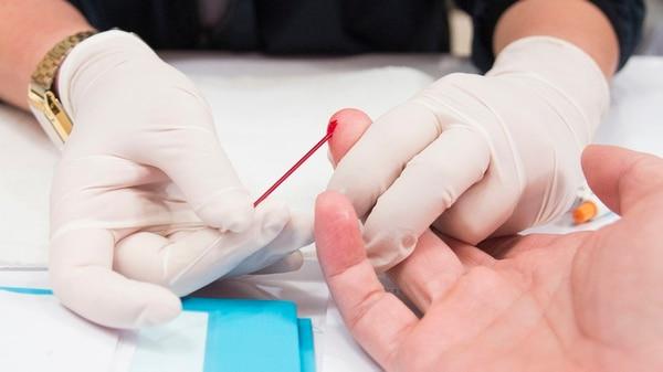 En 10 minutos y con sólo una gota de sangre se puede hacer el testeo de VIH (Getty Images)