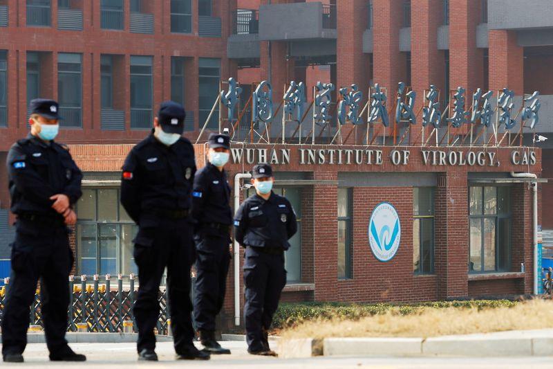 Foto de archivo ilustrativa de agentes de seguridad en la puerta del Instituto de Virología de Wuhan (Foto: REUTERS/Thomas Peter)