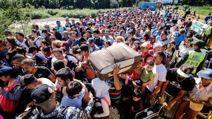 A diario, miles de venezolanos cruzan la frontera a Colombia.
