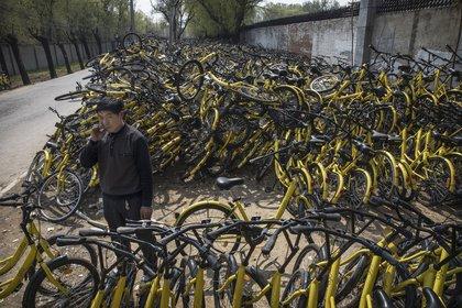 """Miles de unidades desechas de Ofo, una de las compañías de """"bike-sharing"""" que dominan el mercado chino"""