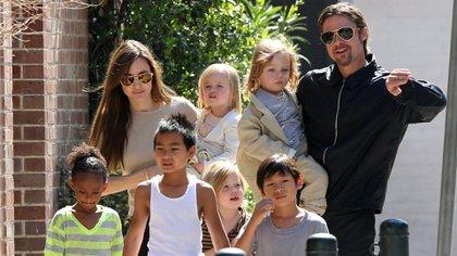 El matrimonio junto a sus seis hijos, tres de ellos son adoptados