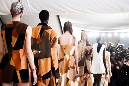 Los vestidos, túnicas, pantalones y abrigos confeccionados con retazos de telas (Reuters)
