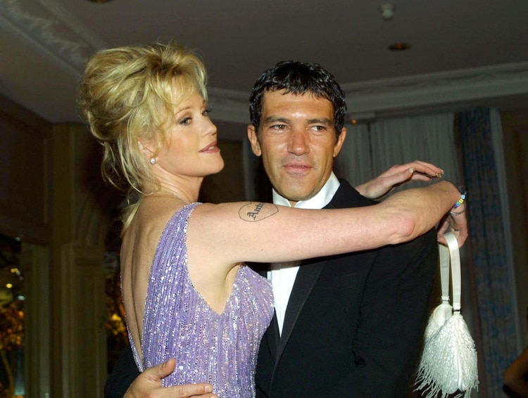 Griffith y Banderas en 2002 en el Festival de Cannes. En primer plano se ve el tatuaje que la actriz se hizo con el nombre de élMorandi/Cavassi/Shutterstock