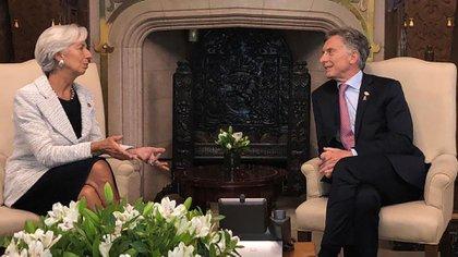 """La entonces titular del FMI, Christine Lagarde, junto al entonces presidente Macri. Fue un crédito político y hubo """"ceguera voluntaria"""" del organismo, dice el documento de la Oficina Anticorrupción"""