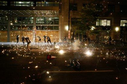 La policía dispersando las protestas en la capital estadounidense. REUTERS/Jim Bourg