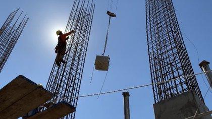 En abril la construcción se desbarrancó 75,6% y la industria cayó 33,5 por ciento
