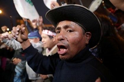 Partidarios del presidente Martín Vizcarra celebran el cierre del Congreso fuera de la sede parlamentaria en Lima. 30 de septiembre 2019.  REUTERS/Guadalupe Pardo