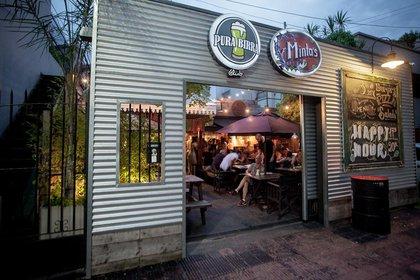 Un patio cervecero ubicado en Acasusso, Minta's Pura Birra Club, (Minta's & Pura Birra Club)