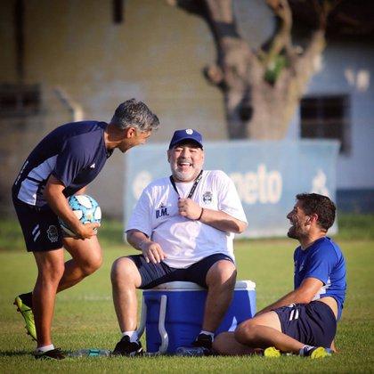 Diego Maradona junto a Lucas Licht y Adrián González luego de un entrenamiento del Lobo. Foto de Eva Pardo