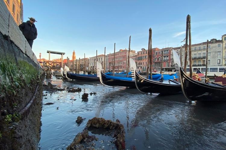 Las góndolas están varadas en Venecia, en el norte de Italia, durante la marea excepcionalmente baja, el jueves 9 de enero de 2020 (AP Photo/Luigi Costantini)