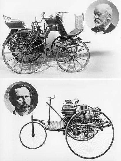 Daimler y Benz junto a sus dos modelos precursores. (Mercedes-Benz)