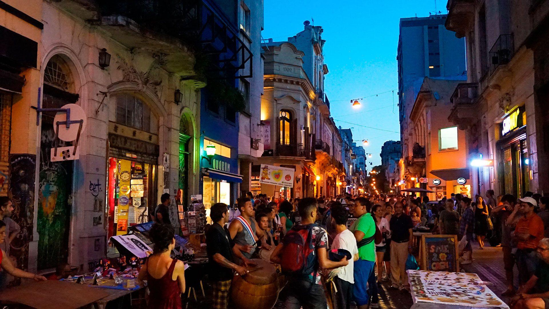 """""""Pese a los altibajos, la ciudad continúa, independientemente, abriendo nuevos restaurantes increíbles; inventando nuevas formas de exhibir las siempre emocionantes ofertas de vino del país; desarrollando una escena artística excepcionalmente estimulante; e ideando giros creativos sobre la tradición en todo, desde aperitivos hasta librerías. Visitar Buenos Aires siempre está lleno de nuevos descubrimientos y amados incondicionales"""" (Shutterstock)"""