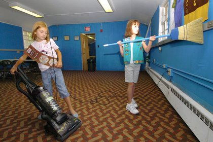 Dos girl scouts, Paige Brewery Kaitlyn White, realizan tareas domésticas. (US Air Force/Bobby Jones)