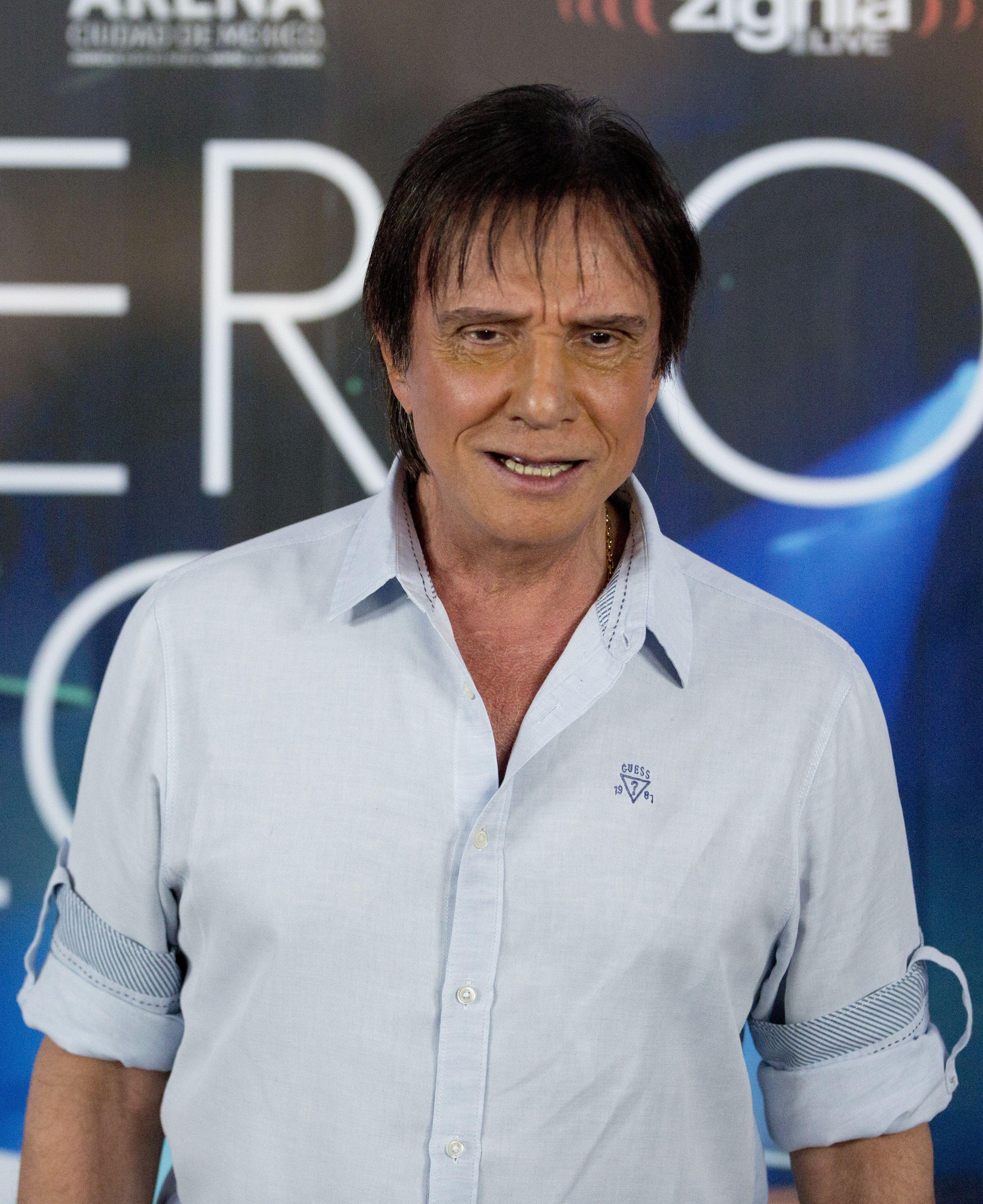 """ARCHIVO - El cantautor galardonado con el Grammy Roberto Carlos durante una sesión fotográfica para promover su concierto y nuevo álbum """"Primera Fila"""" en la Ciudad de México el 21 de septiembre de 2016. (Foto AP/Eduardo Verdugo, archivo)"""