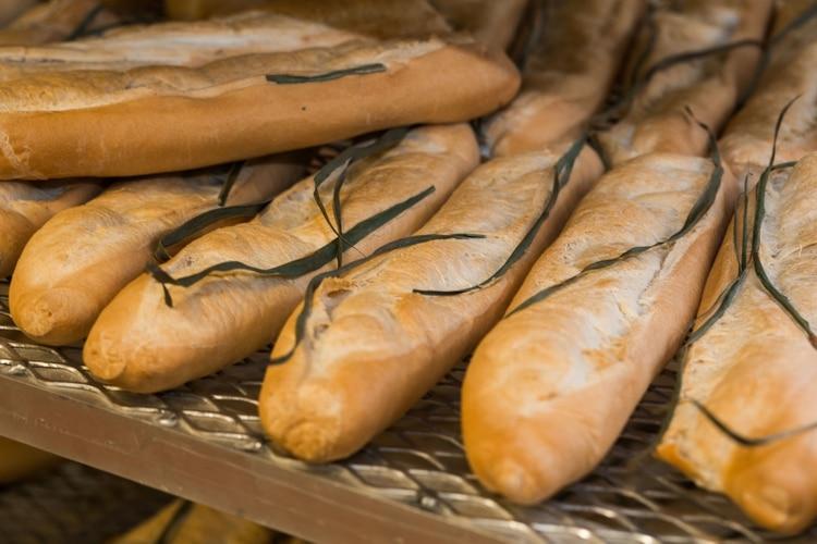 Aunque el pan blanco es débil en nutrientes, no hay certeza sobre su perjuicio; el pan de grano entero, en cambio, provee beneficios. (Amy Pezzicara / La Segunda Central Bakery)